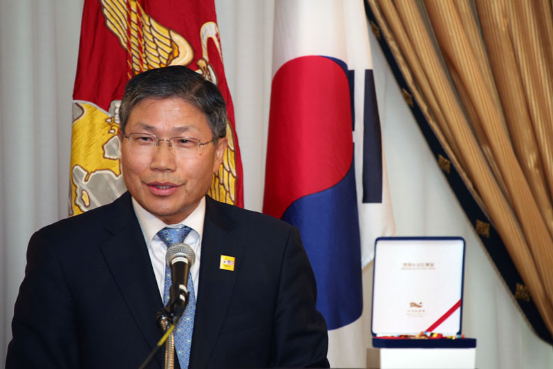 Consult General Han Dong-man of Korea