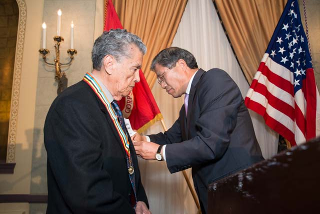 Consul General Han presents medal to Korean War vet Crispin Salazar