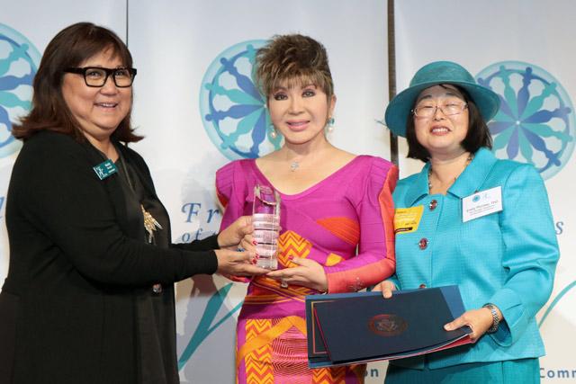 photo of Kim receiving award