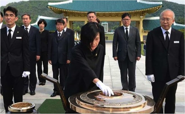 photo of Minister Pi Woo-jin burning incense at Daejeon National Cemetery