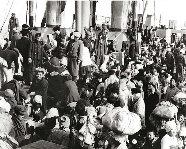 photo of ship with refugees on deck